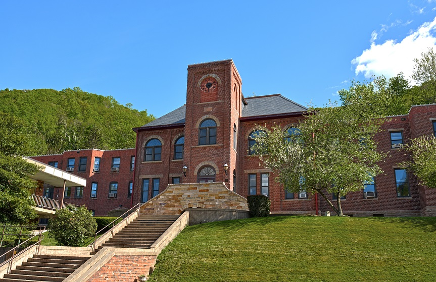 A photo of the front of Old Main on the campus of WVU at Beckely.